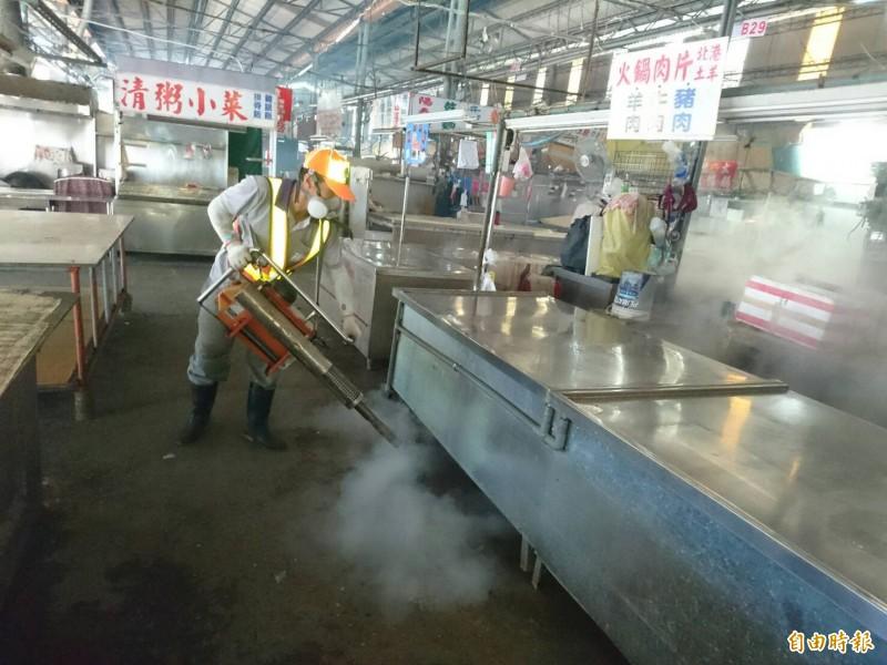 清潔隊員至金獅湖市場噴藥。(記者黃旭磊攝)