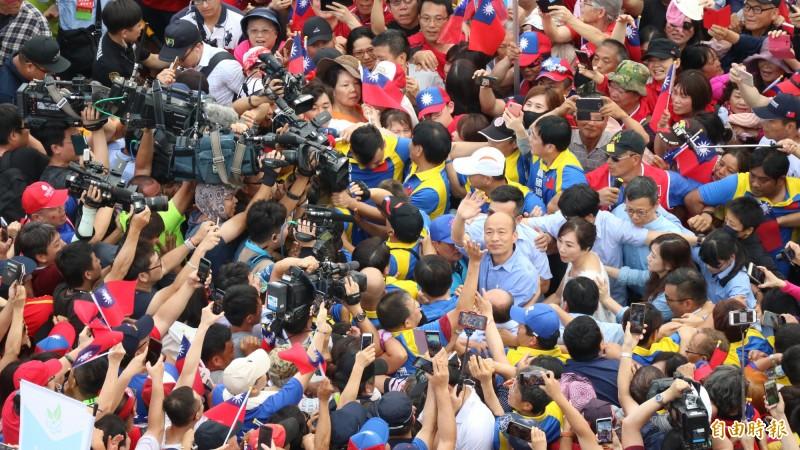 韓國瑜到場後,被韓粉及媒體簇擁。(記者王錦義攝)
