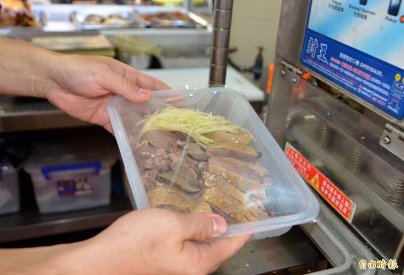 營養師建議鵝肉等肉品,不要在室溫下放逾半小時。(記者陳鳳麗攝)