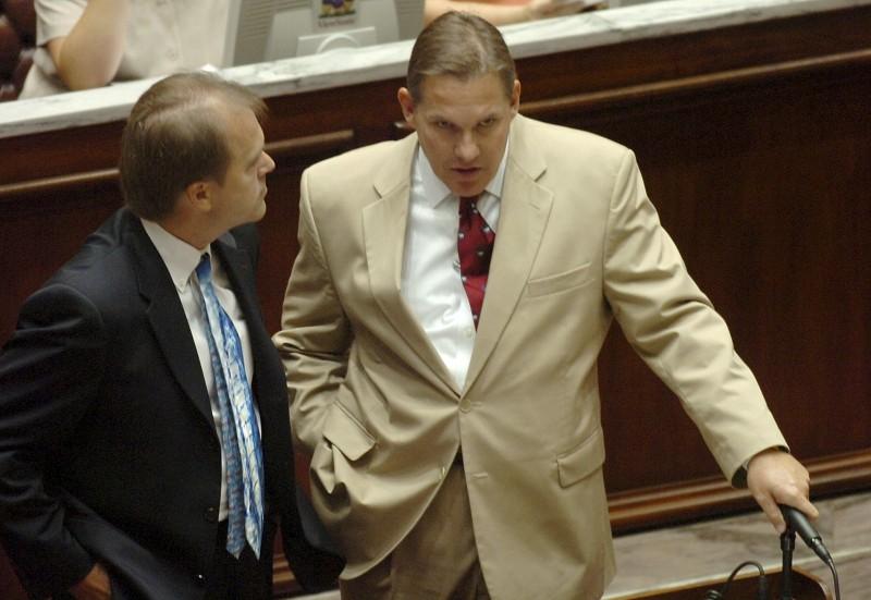 美國共和黨奧克拉荷馬州53歲前州議員尼科爾斯(Jonathan Nichols,左),5日於住處中彈身亡。(美聯社)