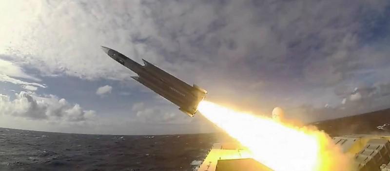 增程型雄三飛彈研發突破瓶頸,未來優先部署在基隆級軍艦,以及陸岸的機動發射系統上。圖為發射雄三飛彈畫面。(圖取自國防部臉書專頁)
