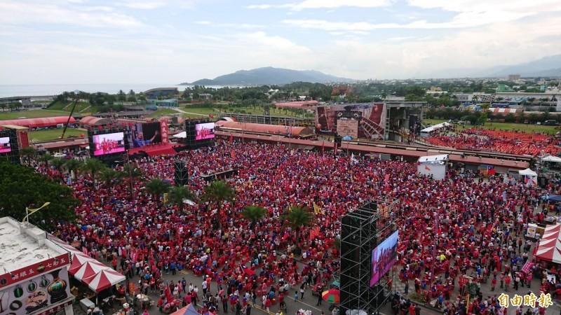 力挺高雄市長韓國瑜選總統的韓粉花蓮造勢大會,下午2時45分正式開始,剛過中午六期重劃區已陸續湧入韓粉。(記者王峻祺攝)