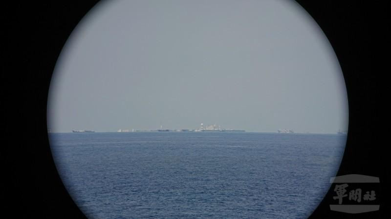 我太平島附近赫然出現兩座過去幾乎看不到的島嶼,分別是中國掌控的南薰礁、越南控制的鴻庥島,對我在南海的主權步步進逼。圖為南薰礁。(圖擷自《軍聞社》)