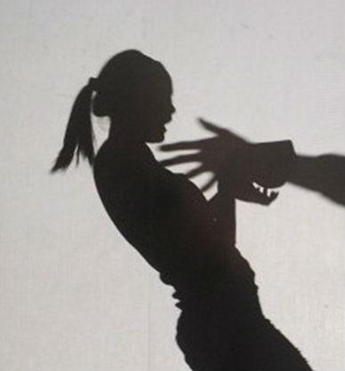 新竹一名女大生去年在網咖專心玩遊戲時,突然遭到一名色男從背後熊抱,還伸手摸臀。(情境照)
