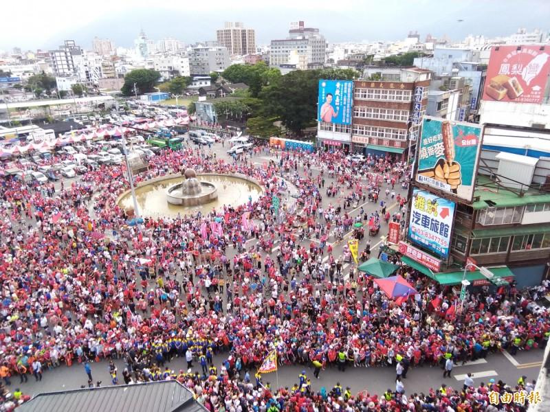 高雄市長韓國瑜花蓮造勢,原本規劃從軒轅路方向進場,警方還特別隔出走道,韓國瑜的車輛卻突然從另一方向進場,造成一片混亂。(記者王錦義攝)