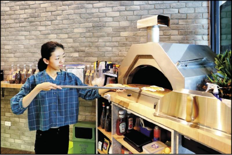 「黝脈影館」為不限時咖啡廳,除了提供咖啡,還供應窯烤披薩等餐點。 (記者李惠洲/攝影)