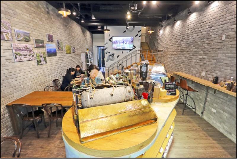 中山73的1樓空間由黝脈影館進駐,可在舒適空間享用「骨董級咖啡機」泡的咖啡。(記者李惠洲/攝影)