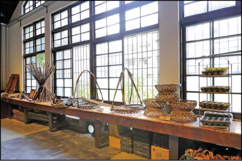 太平買菸場展出早期菸農使用的器物與農具。(記者李惠洲/攝影)