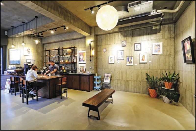 店內為結合咖啡廳與插畫工作室的複合式空間,有駐站插畫師提供創作服務。(記者李惠洲/攝影)