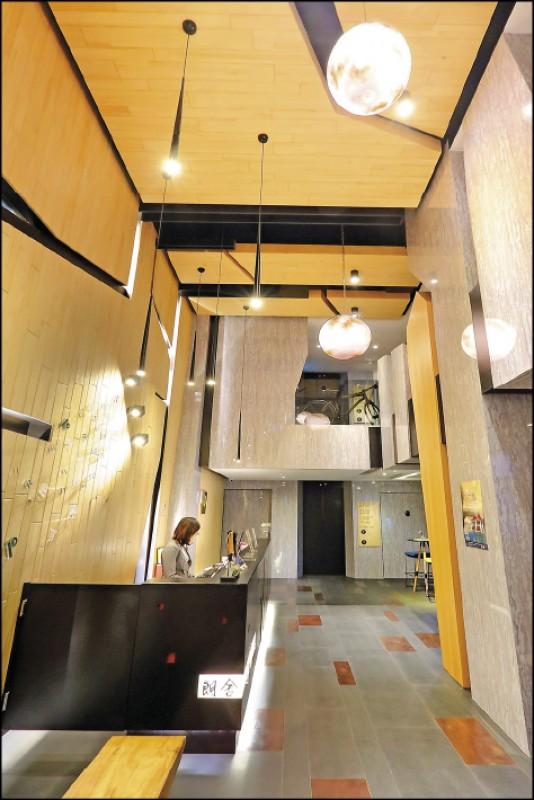 旅店大廳採挑高設計,並以懸掛的「月球燈」裝置藝術,呼應旅店名稱「朗舍」所想給人的明亮清新感。(記者李惠洲/攝影)