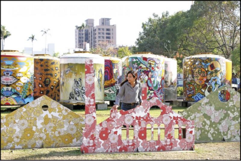 文化部文化資產園區外的彩繪酒桶,拍起來視覺相當繽紛,是打卡熱點。(記者沈昱嘉/攝影)
