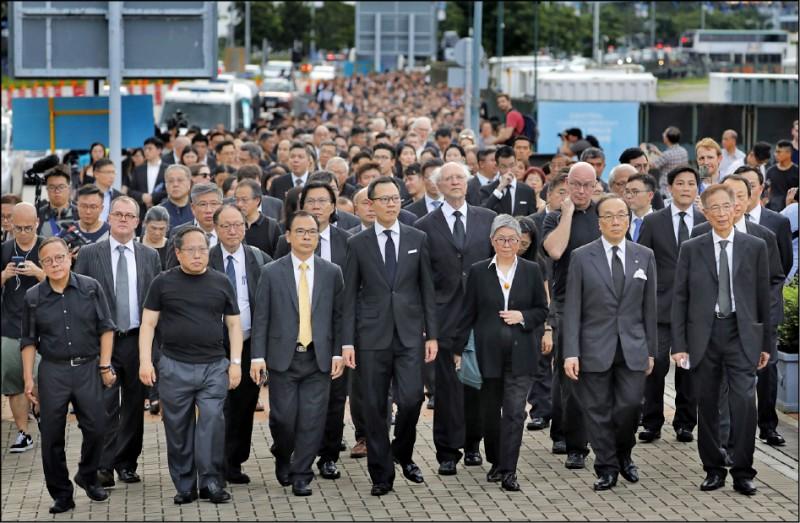 反對香港政府「送中惡法」(修改引渡條例將犯罪嫌疑人強制遣送中國),香港法律界本月6日展開1997年香港主權移交中國後的第5度「黑衣靜默遊行」。 (美聯社)