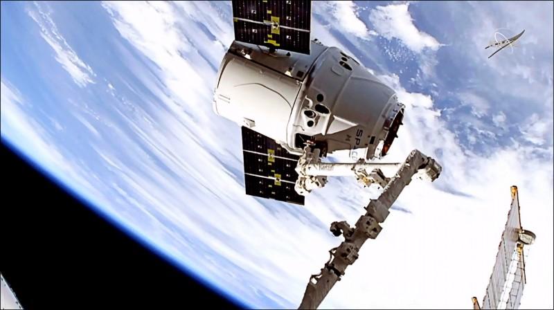 SpaceX的「飛龍號」太空船,上月6日將2500公斤的設備與實驗儀器運抵國際太空站。(美聯社)