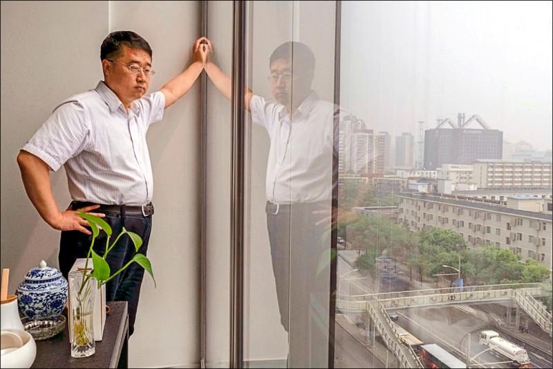 不敵當局的嚴格審查與要求新聞內容傳達正能量,前中國官媒調查記者劉萬永於今年初去職。(取自紐約時報)