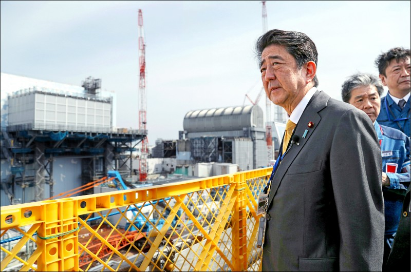 日本首相安倍晉三於四月十四日前往位於福島縣大熊町的「福島第一核電廠」視察,當時他並未穿著防護衣。(歐新社檔案照)