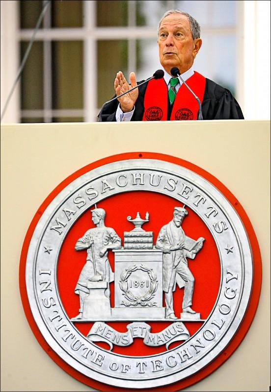 前紐約市長彭博七日受邀至美國麻省理工學院擔任畢業典禮致詞嘉賓。(路透)