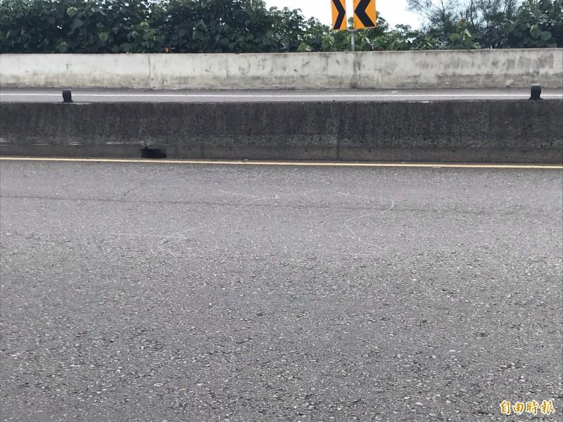 機車倒地地點。(記者吳昇儒攝)