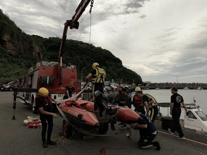 消防局派出船艇救人。(記者吳昇儒翻攝)