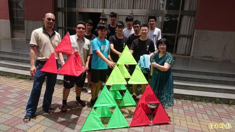 台南一中博物館探索參訪與實作課程師生,以南美館2館的碎形屋頂為概念,做出碎形風箏。(記者劉婉君攝)