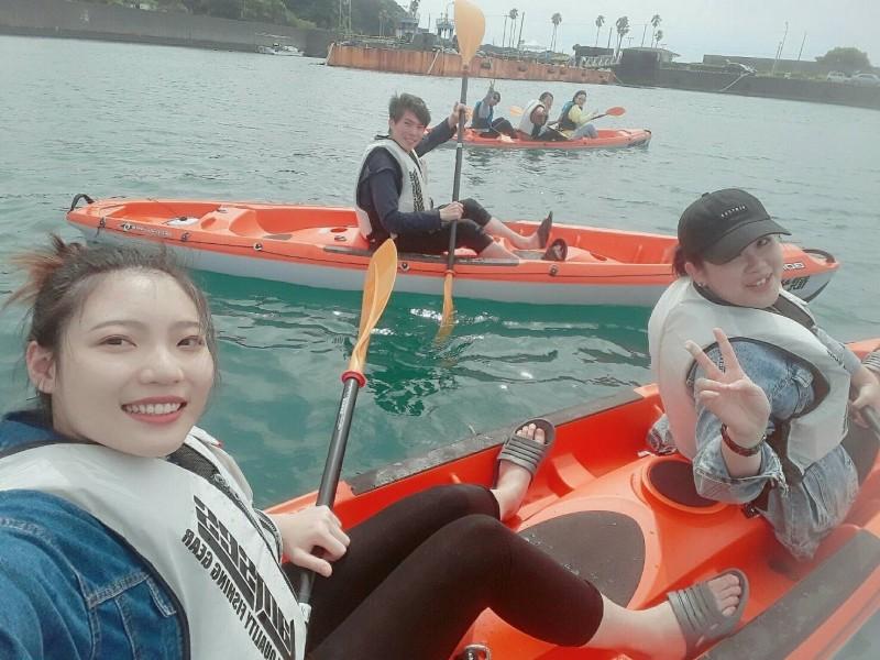 城市科大應外系學生在日本土佐清水參與地方的「足摺港海釣、獨木舟」觀光活動。(台北城市科技大學提供)