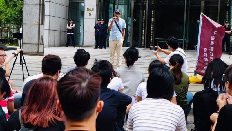 香港銅鑼灣書店創辦人林榮基今出席在台港生集會,聲援「反送中」。林榮基語重心長提醒,此條例對港台甚至各國人都有影響,「不反抗會很糟糕」。(在台港生逃犯條例關注組提供)