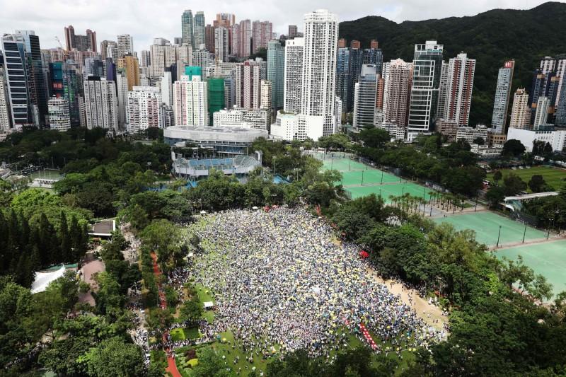 由於民眾踴躍程度超乎預期,集合草地人數爆滿,主辦單位宣布遊行提早半小時出發。(法新社)