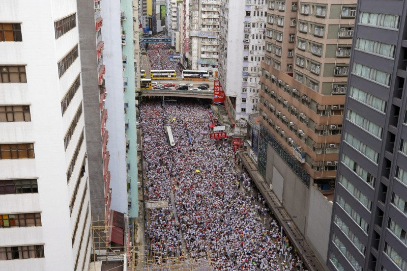 反送中遊行響應人數超出預期,民間人權陣線副召集人陳皓恒傍晚6點表示,遊行人數已經超過50萬。(美聯社)