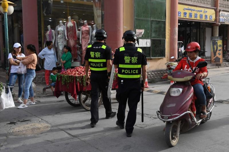 中國打壓宗教不擇手段,在流動率高的出租民宅大門加裝臉部辨識電子鎖,即時掌握出入人士的身分。中國警察示意圖。(法新社)