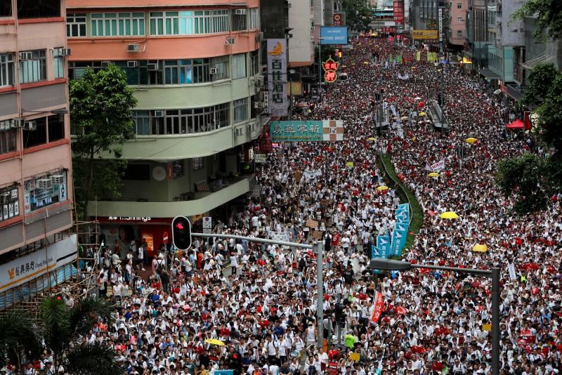 針對今天超過百萬港人參與的反送中大遊行,香港政府今天深夜發出回應表示無意撤回條例。(路透)