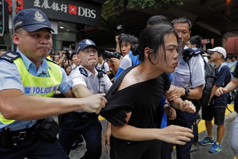 反送中遊行爆發衝突,警方證實已逮捕7人,其中多數是因為攻擊遊行團體的宣傳據點;網路上傳出有參與遊行的團體在鵝頸橋附近被捕。(美聯社)