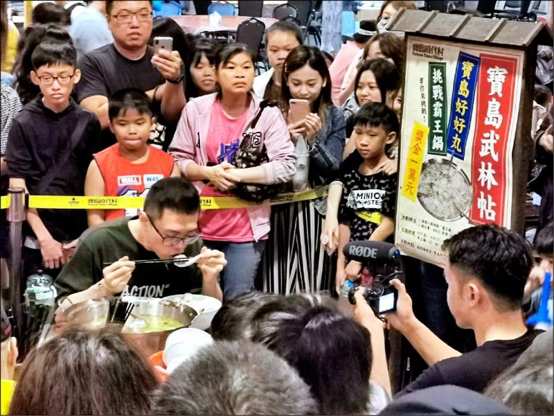 大胃王網紅「丁丁」從容吃著7公斤重的霸王鍋。(寶島時代村提供)
