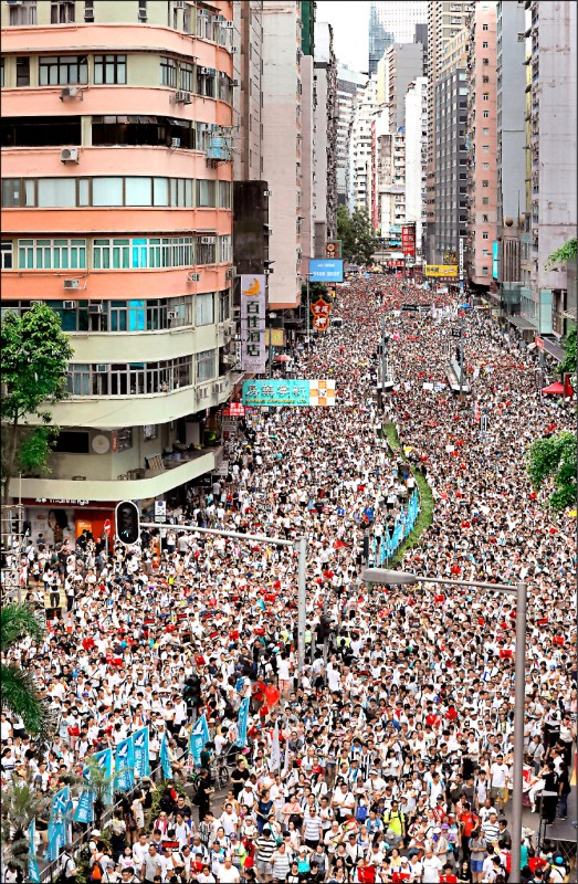 逾百萬港人九日走上街頭,反對港府修訂逃犯條例。(美聯社)