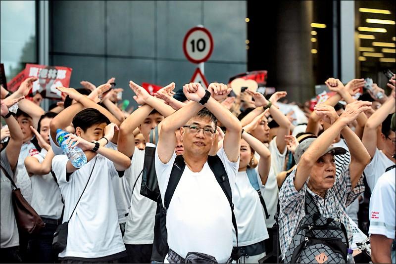示威群眾比出「拒絕引渡」手勢。(法新社)