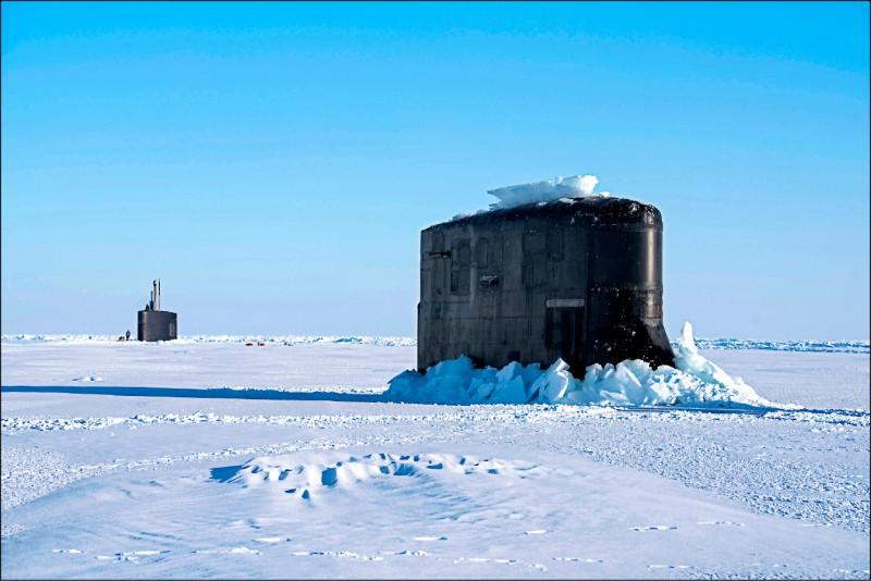 美軍舉行北極圈冰上演訓(ICEX)期間,出沒於波弗特海的海狼級核動力攻擊潛艦「康乃狄克號」、洛杉磯級核動力攻擊潛艦「哈特福號」。(美聯社檔案照)