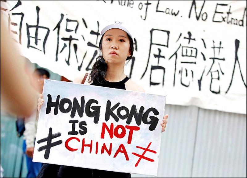 103萬香港民眾9日頂著攝氏32度高溫湧上街頭,參與反逃犯條例修訂案(送中條例)立法,創下香港1997年主權移交以來,遊行規模最大紀錄,圖為旅居德國柏林的港人聲援反送中示威行動。(路透)