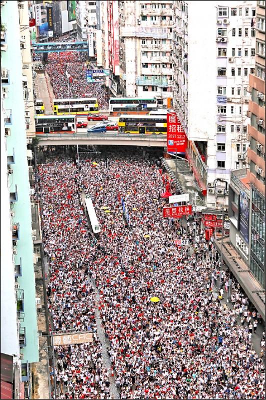 103萬香港民眾9日頂著攝氏32度高溫湧上街頭,參與反逃犯條例修訂案(送中條例)立法,創下香港1997年主權移交以來,遊行規模最大紀錄,全球各地也有相關聲援行動。(彭博)