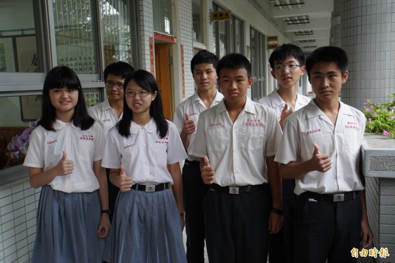 正心中學今年國中會考成績亮眼,成績5A++人數有7人,女狀元張詠瑄(左2)5A++、寫作6級分。(記者詹士弘攝)