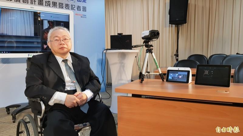 交大教授吳炳飛團隊強調,他們是全球第一個用影像來辨識生理資訊的技術。(記者簡惠茹攝)
