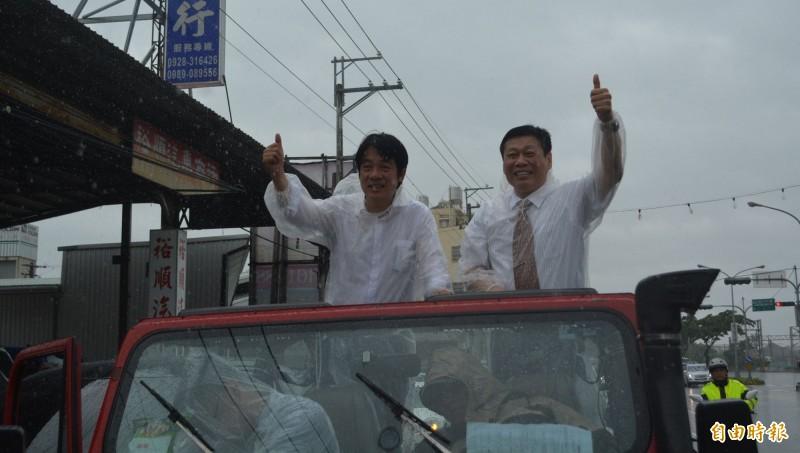 賴清德(左)今天下午在名法醫高大成(右)陪同下,在滂陀大雨中從台中烏日出發,展開車隊掃街爭取支持。(記者陳建志攝)