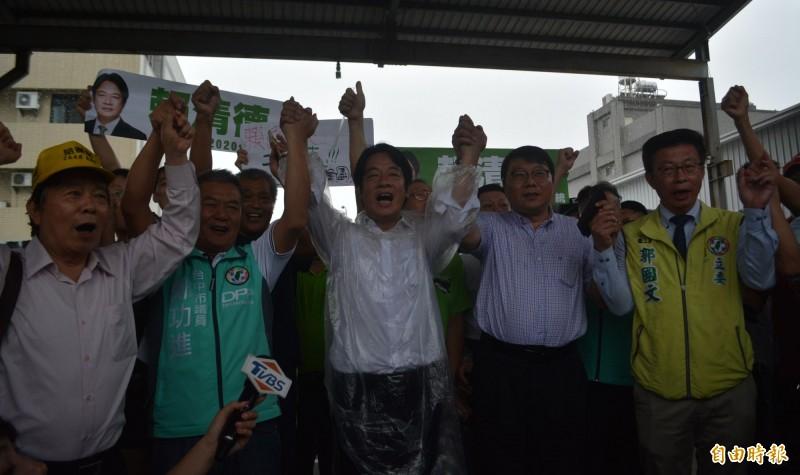 賴清德(左3)今天下午抵達台中烏日,民眾高喊「凍蒜!」,立委郭國文(右1)、台中市議員鄭功進(左2)、前民進黨中市黨部主委陳大鈞(右2)都現身相挺。(記者陳建志攝)