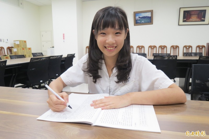 雷婷羽得知作文被選作全國範本,增加不少寫作自信。(記者蘇孟娟攝)