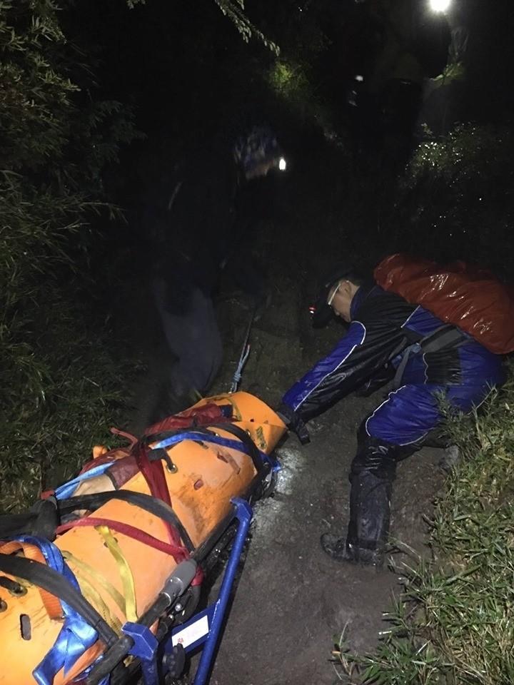 奇萊登山步道昨晚有登山客扭傷腳,無法行走,救難人員嘗試以獨輪車拖拉運送下山。(圖由神鷹山區搜救隊提供)