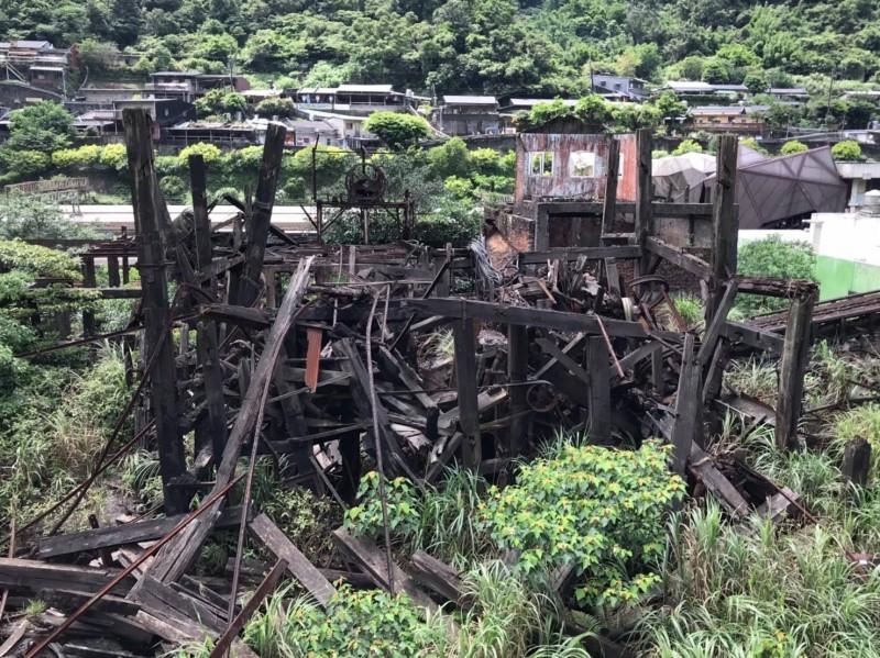 歷史建築瑞三礦業選煤場,現場宛如廢墟。(新北市議員林裔綺提供)
