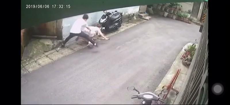監視器拍下噁男惡行,民眾自力救濟PO網抓狼。(記者徐聖倫翻攝)