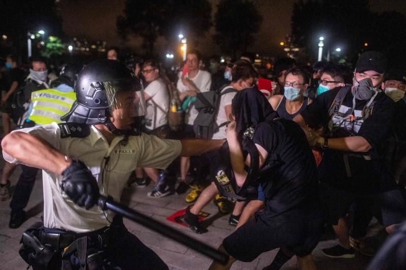 香港反送中遊行深夜暴發流血衝突,警方民眾均有人掛彩。(法新社)