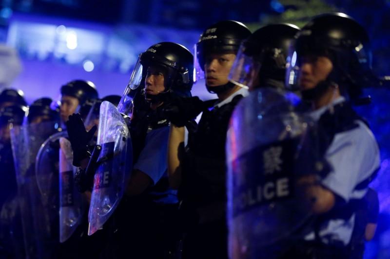 香港警方今晚持續列陣控制抗議場面,反送中活動持續進行。(路透)