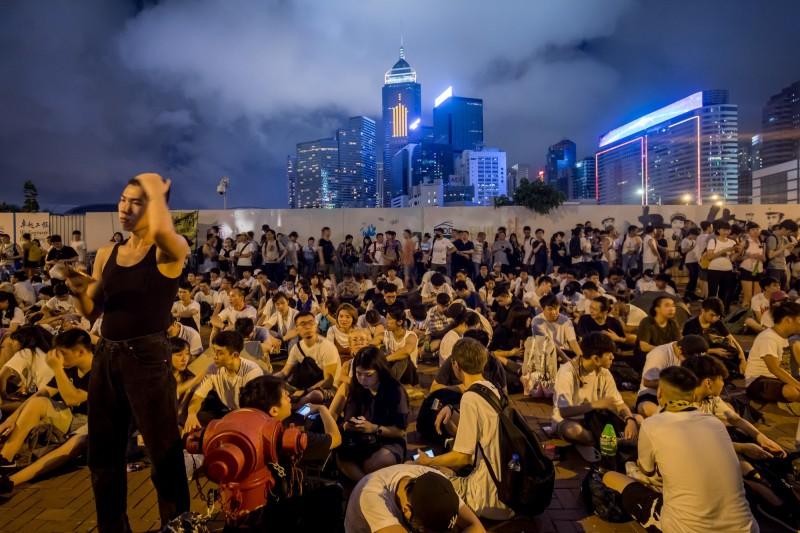香港特首林鄭月娥今日表示堅定修法的立場,讓香港民眾認為政府無視逾百萬人上街。目前已有香港民眾在網路呼籲,要在12日立法會二讀《逃犯條例》修正草案時罷工。(彭博)