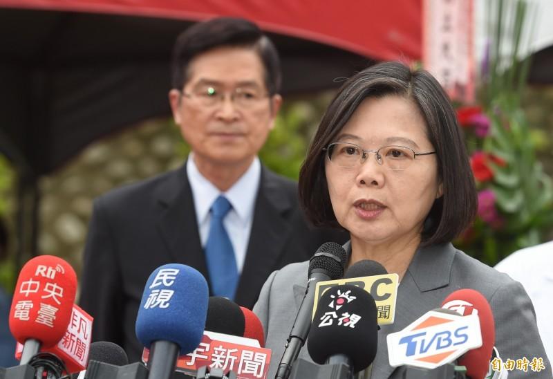蔡英文總統從昨晚到今日連發臉書表達聲援港人爭取民主自由的清晰態度,強調「台灣撐香港,我們守台灣」。(記者劉信德攝)