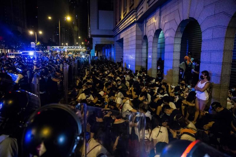示威者在立法會前靜坐,遭警方團團包圍。(法新社)