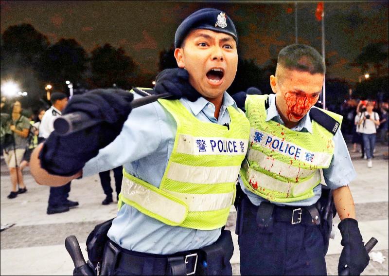 香港警方十日凌晨與反對港府修訂逃犯條例的示威者,在立法會外爆發激烈衝突,雙方都有人流血掛彩。(美聯社)